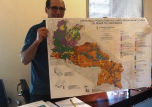 foto con giorgio marini che mostra la mappa dell'area SIC e ZPS