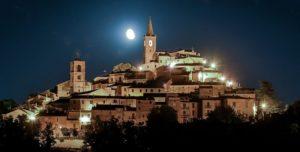 foto di Castignano in notturna